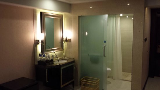 Clayton Hotel: Bathroom area