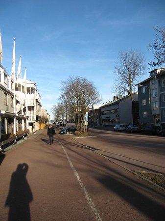 Hotel Savoy Mariehamn: Улица, на которой расположен отель (слева) упирается в море (вдали).