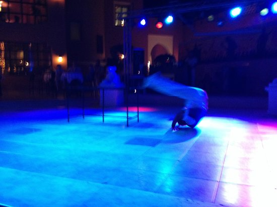 Club Magic Life Sharm el Sheikh Imperial: evening acrobat entertainment