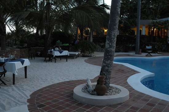 Diani Blue : Dinner by the pool