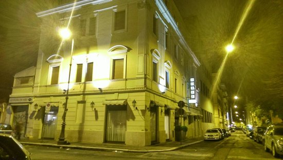 Piemonte Hotel: Hotel at night