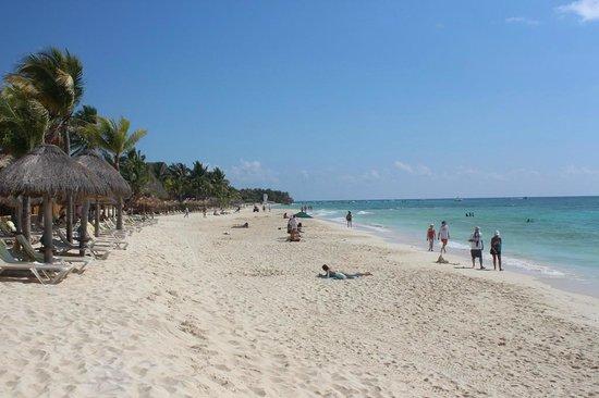Mahekal Beach Resort: Plage de l'hotel et plage publique