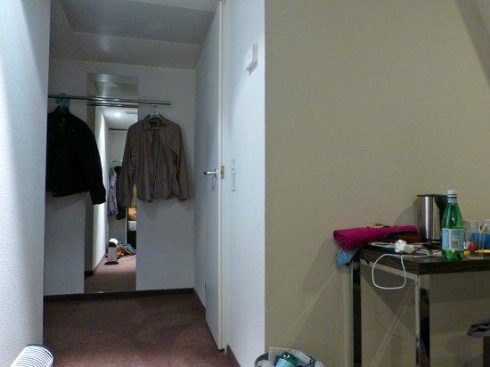 Motel One Edinburgh-Royal: Bathroom door does not stay open