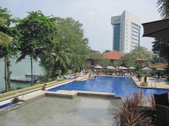Cinnamon Lakeside Colombo: swimming pool