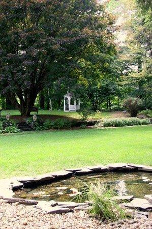Inn on Putney Road Bed and Breakfast : Enjoy the gazebo and lovely Springtime grounds