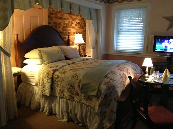 By the Side of the Road Inn & Cottages: The wonderfully comfy bed!