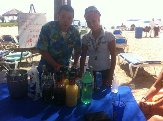 Friendly Vallarta All Inclusive Family Resort: Bar tending lesoons