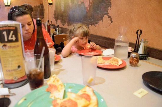 Amicas: Family enjoying pizza