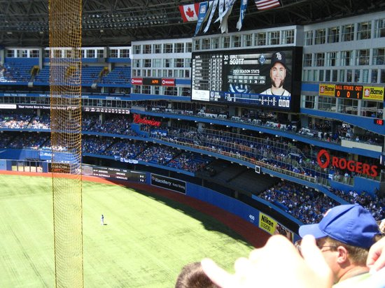 Rogers Centre : Big screen keeps up with play