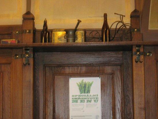 Plzensky restaurant Andel : Деревянные панели и полки с утварью