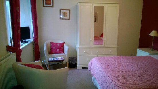 Moraydale Guest House: Chairs and table, wardrobe