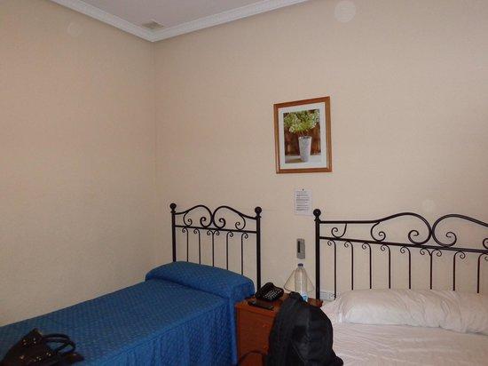 Hostal El Pilar: Parte de la habitación