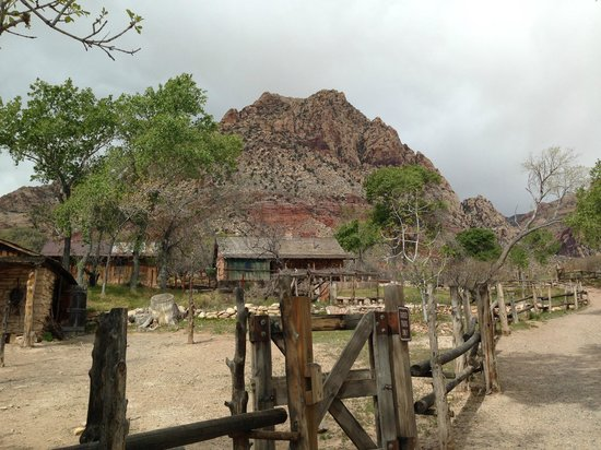 Spring Mountain Ranch State Park: Short hike to see some old buildings