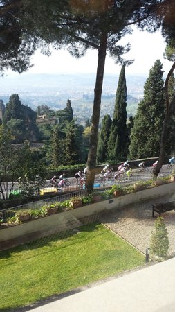 FH Villa Fiesole Hotel : Thousands of cyclist pass by the hotel at breakfast!