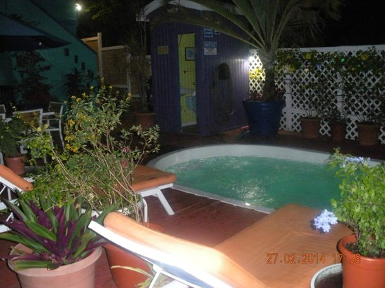 St. John Inn: Pool is awesome at night!