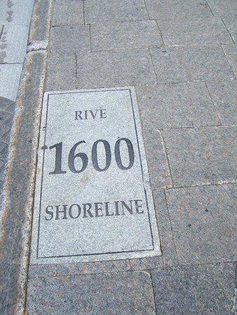 Rue St.Pierre: Rue St-Pierre/Rue St-Antoine, la rive du fleuve en l'an 1600