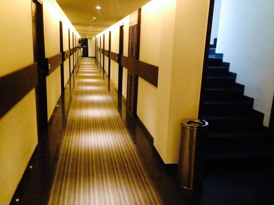 Hotel The Taj Vilas: The Corridor leading to rooms