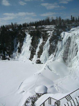 Montmorency Falls Park (Parc de la Chute-Montmorency): Le Pain de Sucre, en hiver, Chutes Montmorency, regardez à votre gauche, l'escalade de glace
