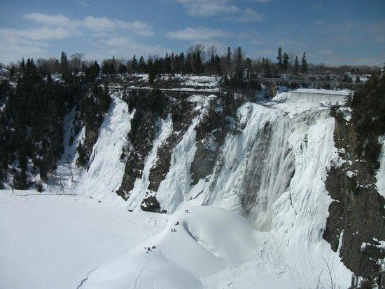 Montmorency Falls Park (Parc de la Chute-Montmorency): Le Pain de Sucre, en hiver, les vapeurs d'eau de la chute forme un amoncellement de neige
