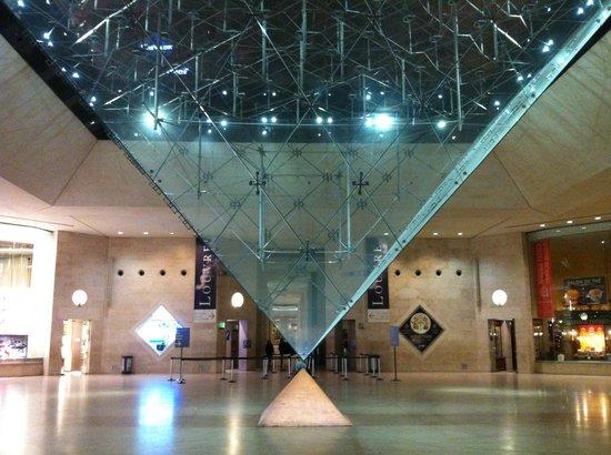 Carrousel du Louvre: Pirâmide invertida.