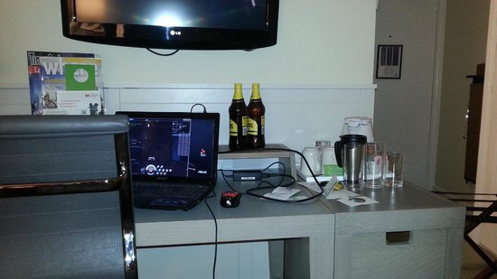 Holiday Inn London - Heathrow Ariel : this was my work area 1 foot away from this table was my bed not alot of room