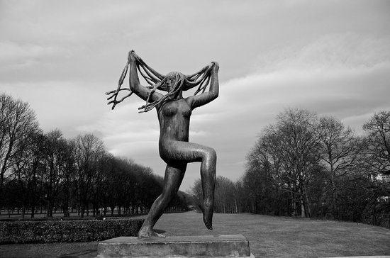 Museo de Vigeland: One av many scuptures and a glimpse of the park