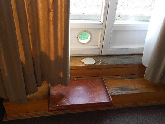 Danubius Hotel Gellert: Is dit een katteluikje met voerbak? Waar komen die vochtplekken in de gordijnen vandaan?