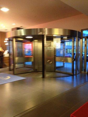 Expo Hotel Barcelona: Entrada del hotel