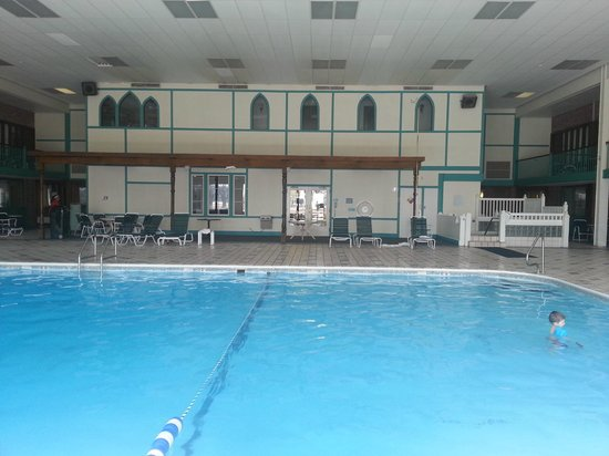 Clarion Highlander Hotel and Conference Center: Pool area
