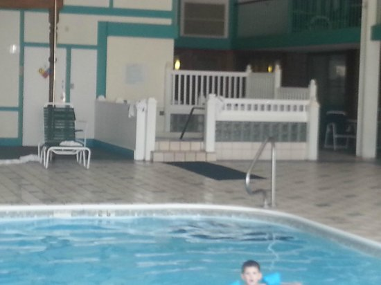 Clarion Highlander Hotel and Conference Center: View of the hot tub from the pool