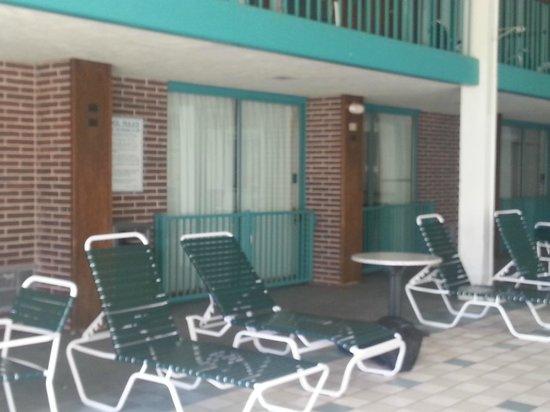 Clarion Highlander Hotel and Conference Center: Poolside room