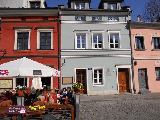 Crystal Suites chez Helena: front of apartments with restaurants next door
