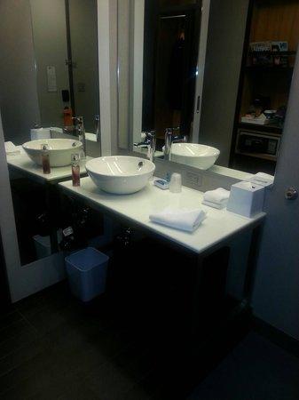 Aloft New York Brooklyn: Clean restroom area