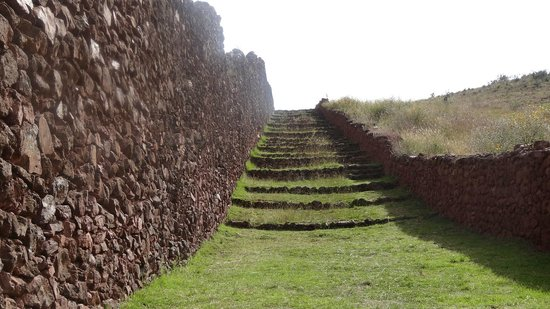 Escaleras de acceso a las ruinas de Piquillacta