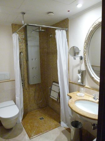 Hotel Canal Grande: disabled friendly bathroom ground floor Prestige room