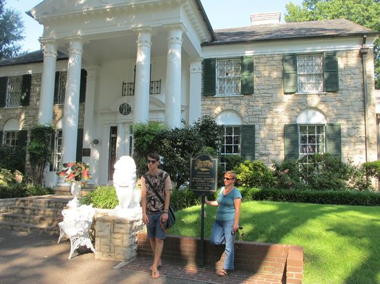 Graceland: in front of the mansion with my son