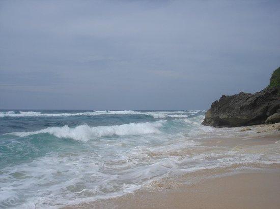 Indian Ocean and high waves at Alila Villas Uluwatu private beach in Bali