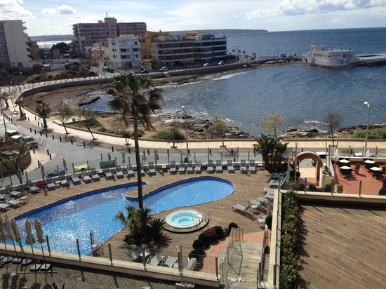 Hotel Marina Luz: Pool and beach view from room