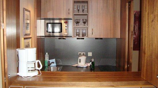 Derag Livinghotel An der Oper: kitchenette