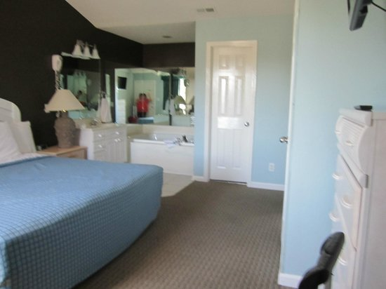 Plantation Resort: Master bedroom and whirlpool tub