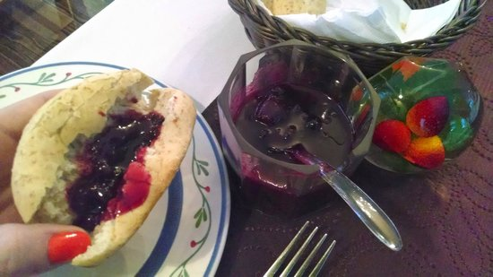Auberge Le Voyageur: Bread and fresh jam with breakfast