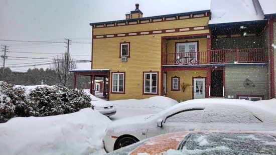 Auberge Le Voyageur: View of B&B from parking lot