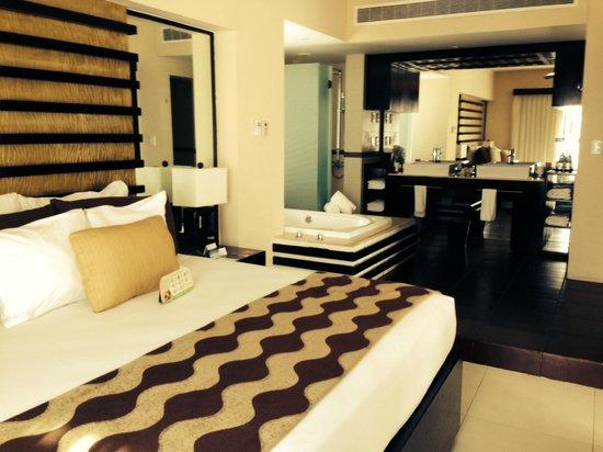 Azul Beach Resort The Fives Playa Del Carmen : bedroom and bathroom