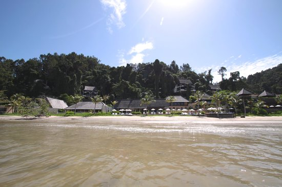 Gaya Island Resort : The resort from the beach