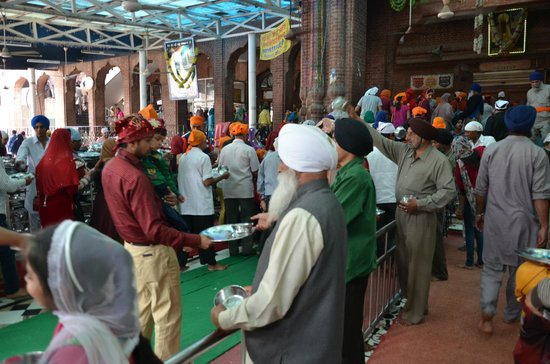 Guru-Ka-Langar: Distribution of plates at the entrance