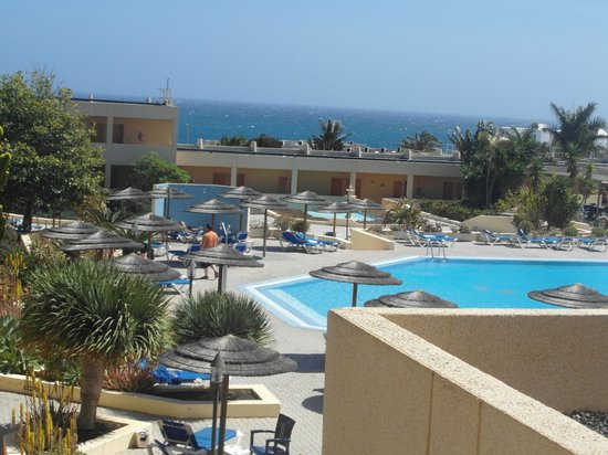 Hotel Coronas Playa: view from room overlooking pool towards sea