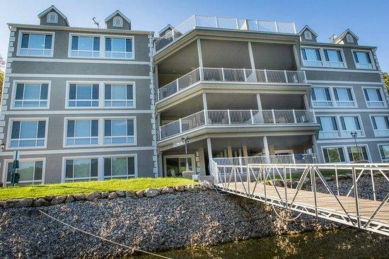 Riviera Villas & RV Resort: View of Villas from Lake