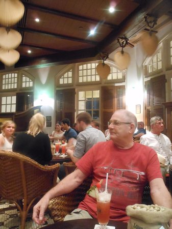 Raffles Hotel Singapore: Singapore Sling in the Long Bar