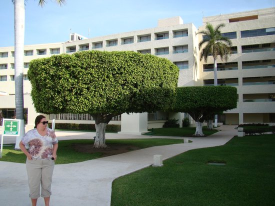 Dreams Huatulco Resort & Spa: (looking back at hotel from adults only pool)