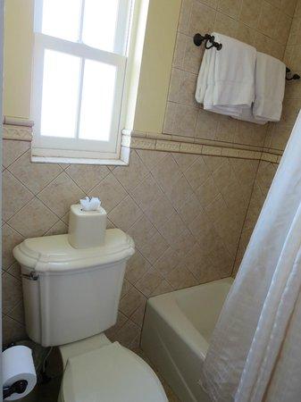 Bayfront Inn: Good lighting in bathroom